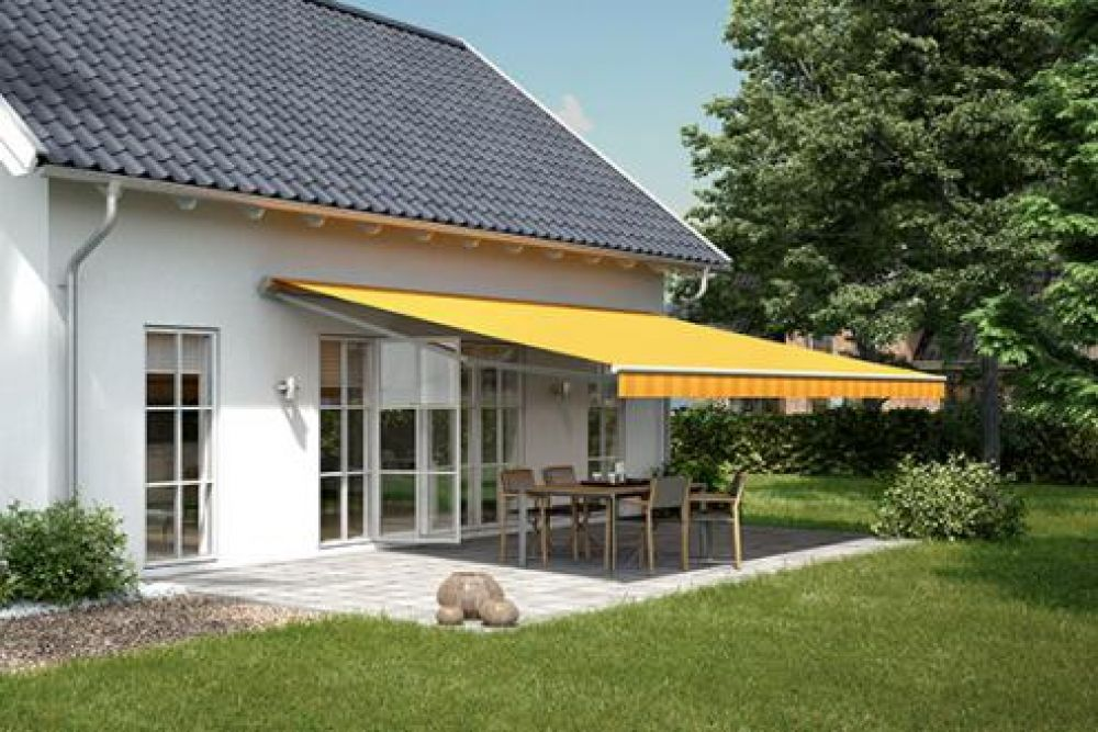 Awning Ma 1700 in a yellow house with chairs and a table