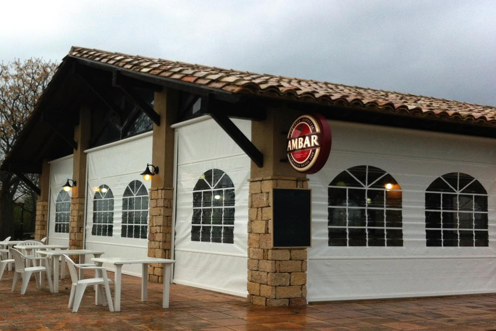 Toldo telon enrollable en bar