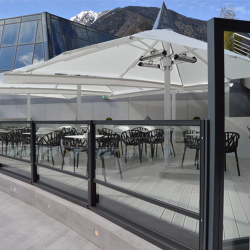 Mampara comfor elevable en terraza de bar