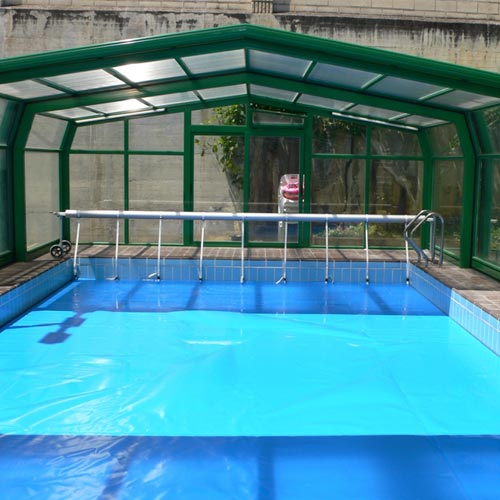 Floating thermal blanket mousse in pool with shed