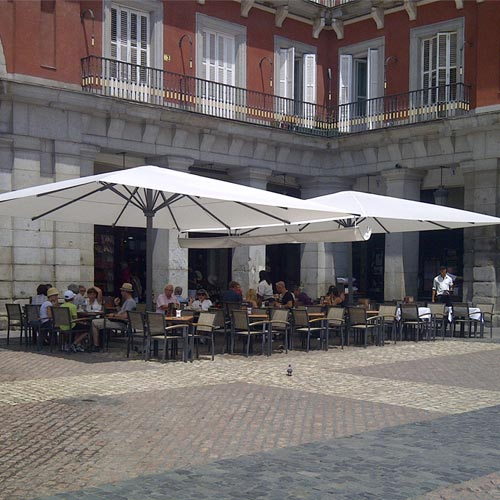 Parasol azores plus en terraza de bar en la Plaza Mayor de Madrid
