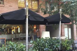 Parasol tucan with exterior vertical bar and screen with planter