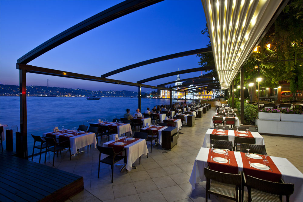 Radian Pergola in a restaurant in front of the sea with lighting system
