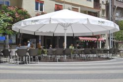 Parasol azores plus on the terrace of a restaurant