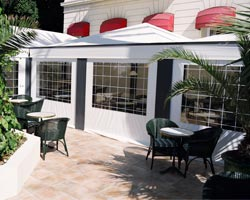 Rolling awning Telon  on bar terrace