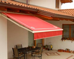 Awning eurosol semicofre 40 red on terrace with coffee table and chairs