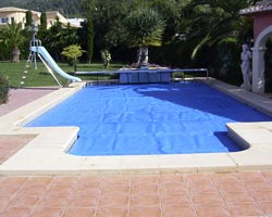 Floating thermal blanket in pool with slide