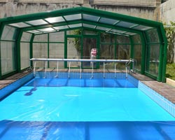 Superflex thermal floating blanket in pool with shed