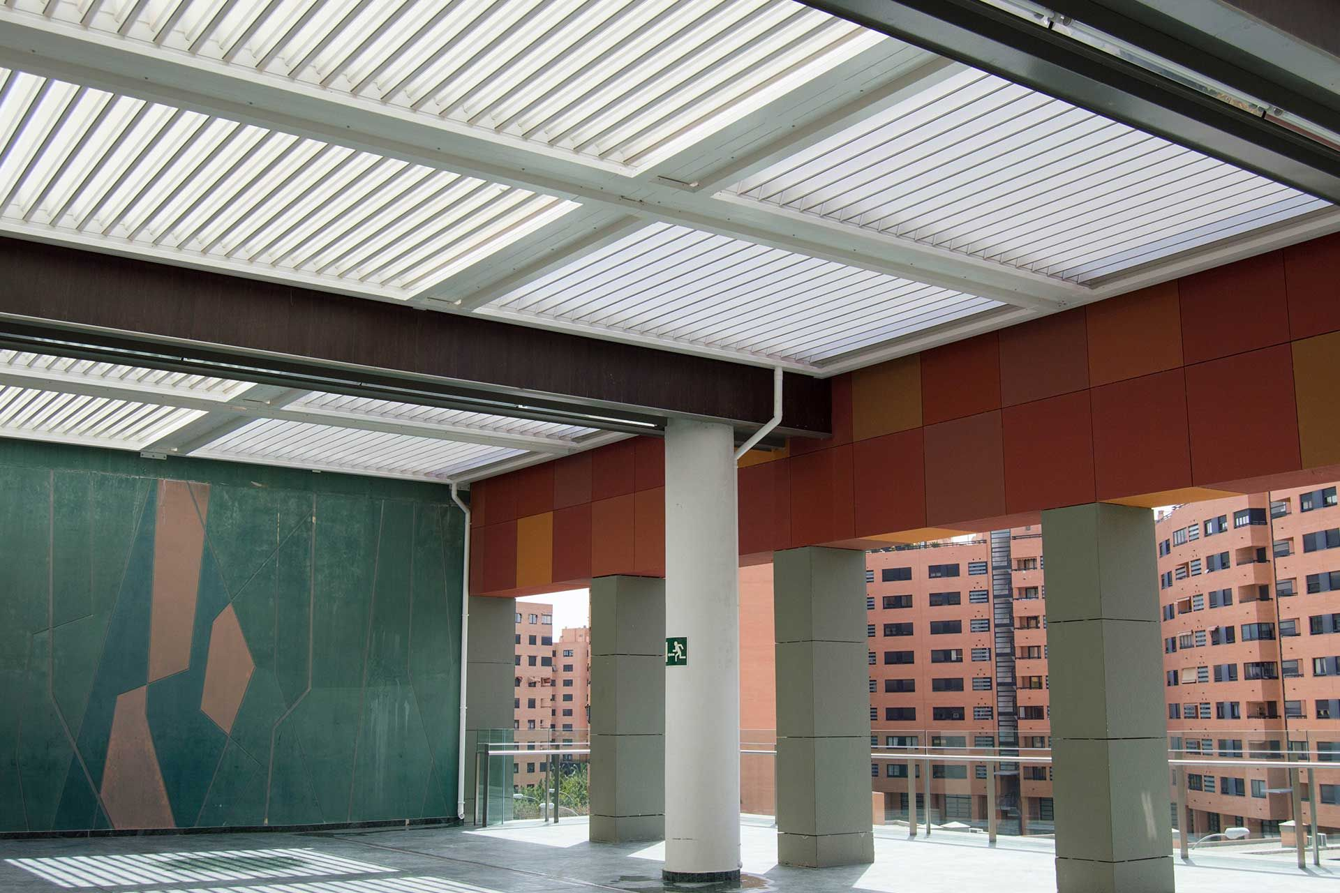 Bioclimatic pergola on the outside of the mall.