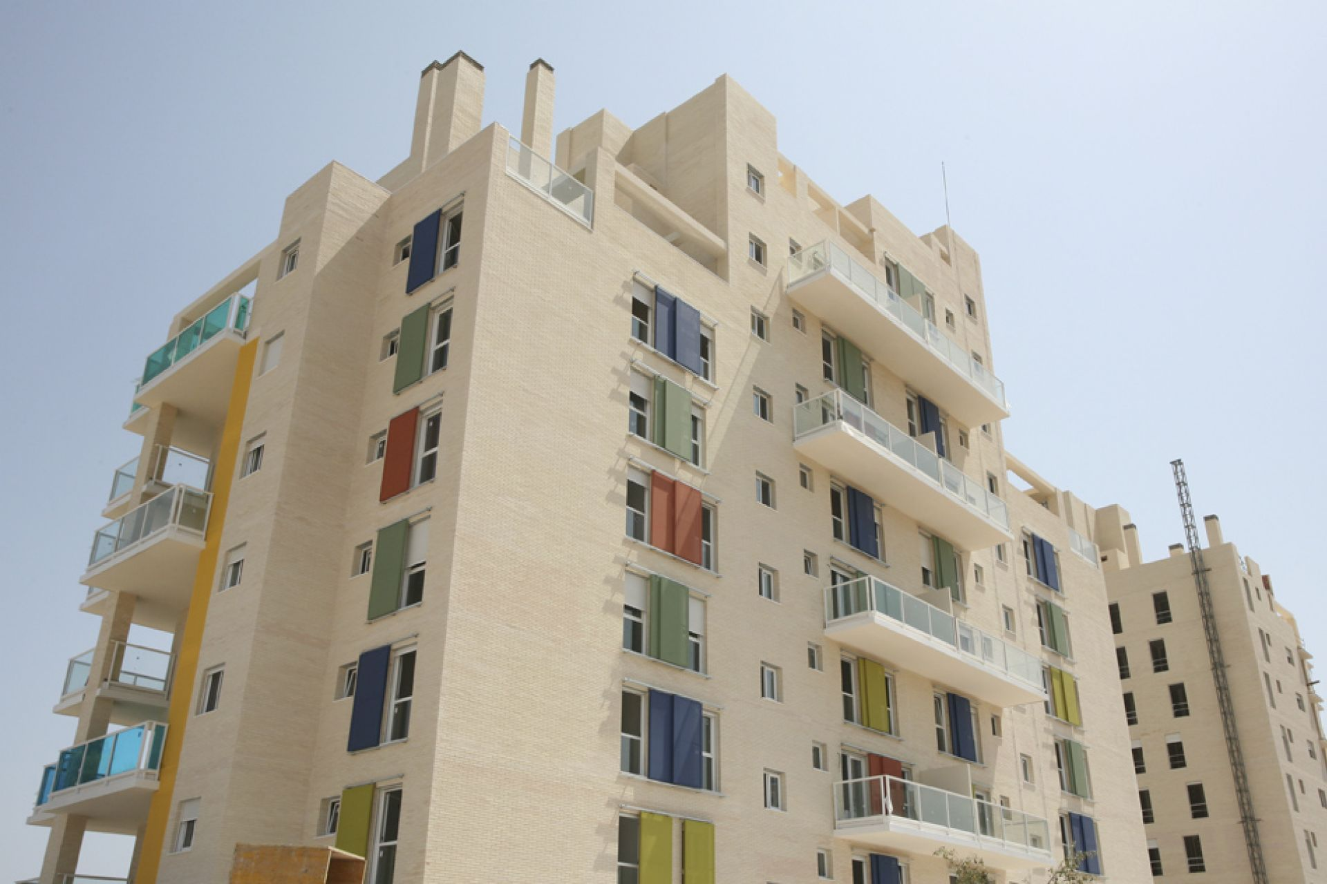Building with colored i-tensing panels