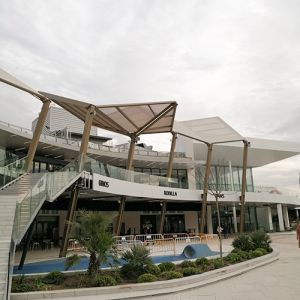 Polygonal structures with PVC membranes covering the terraces of the Shopping Center.