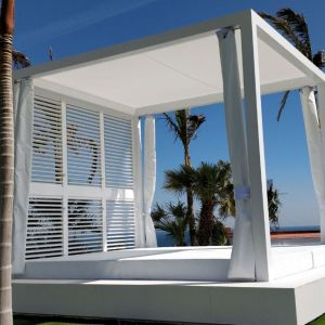 Side view of the bioclimatic pergola with curtains