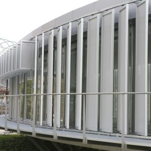 Panels perpendicular to the tangent of the facade