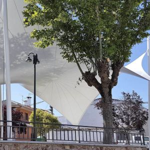 tensile cover with the shape of a hyperbolic paraboloid that covers the square of the town hall
