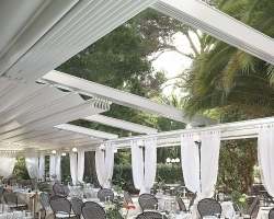 Toldo desplegable blanco exterior restaurante